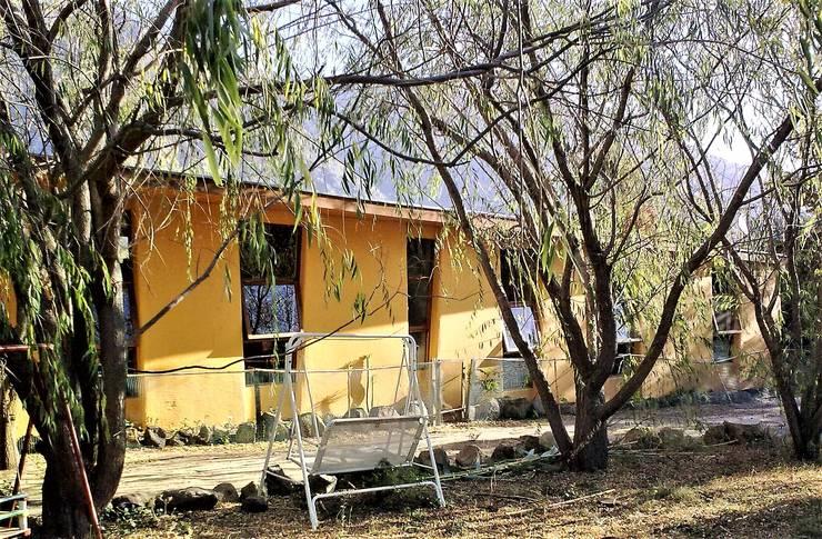 Fachada Norte terminada: Casas ecológicas de estilo  por Brassea Mancilla Arquitectos, Santiago, Moderno Madera Acabado en madera