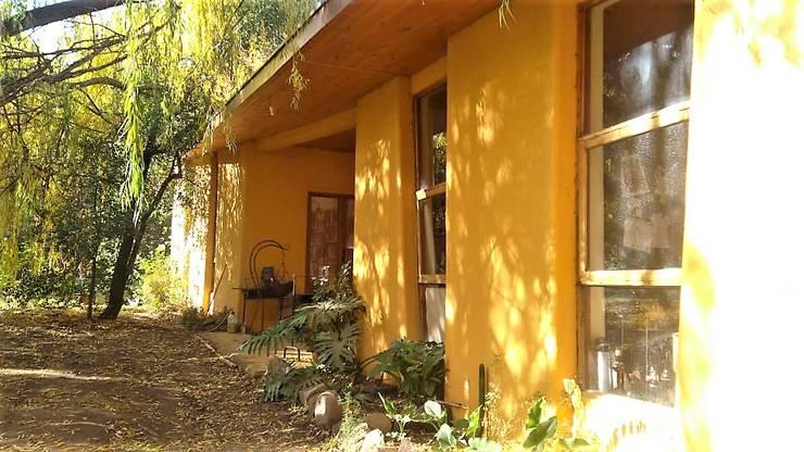 Vista acceso principal: Casas ecológicas de estilo  por Brassea Mancilla Arquitectos, Santiago, Moderno Madera Acabado en madera