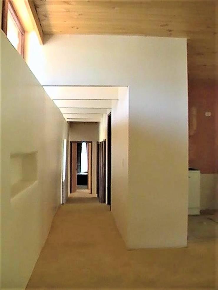 Vista interior pasillo: Pasillos y hall de entrada de estilo  por Brassea Mancilla Arquitectos, Santiago, Moderno Madera Acabado en madera