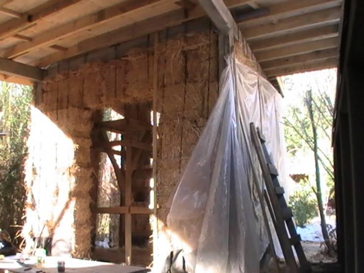 Vista taller y estacionamiento en ejecución: Terrazas  de estilo  por Brassea Mancilla Arquitectos, Santiago, Moderno Madera Acabado en madera