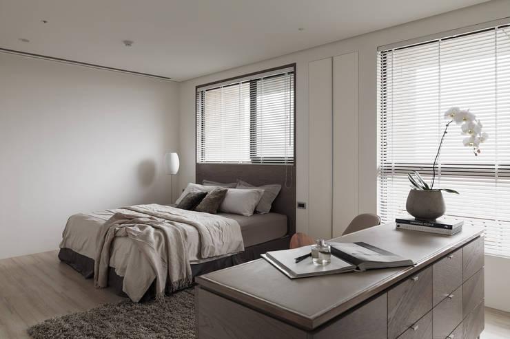 Dormitorios modernos: Ideas, imágenes y decoración de 形構設計 Morpho-Design Moderno