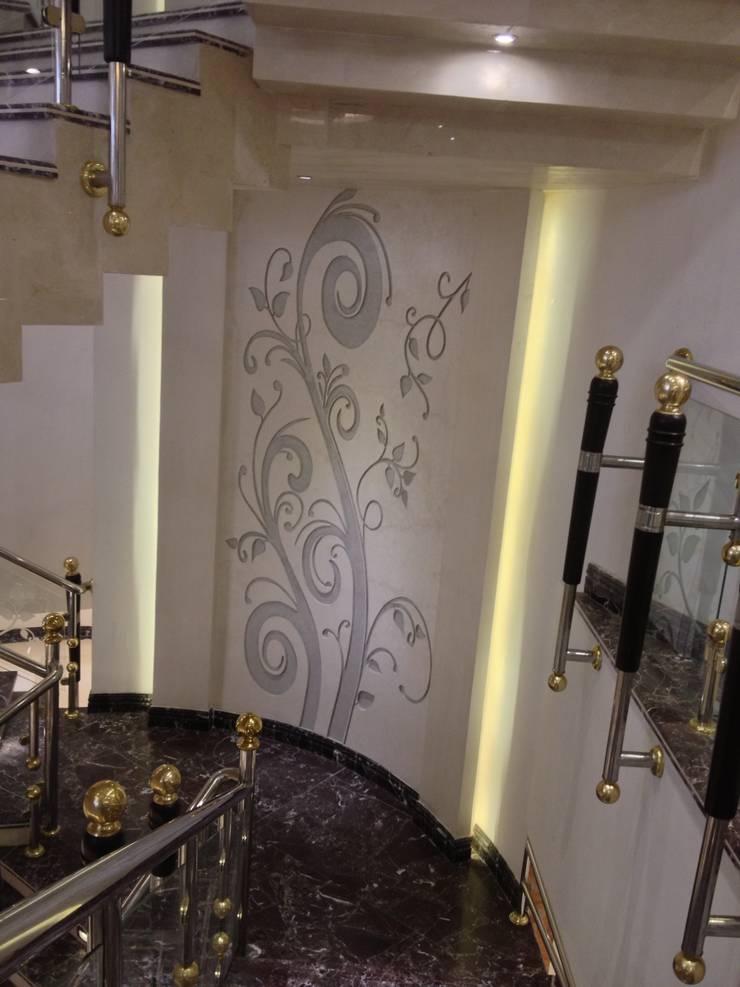 لوحة فنية تتوسط الدرج الداخلى:  سلالم وأروقة  تنفيذ smarthome,
