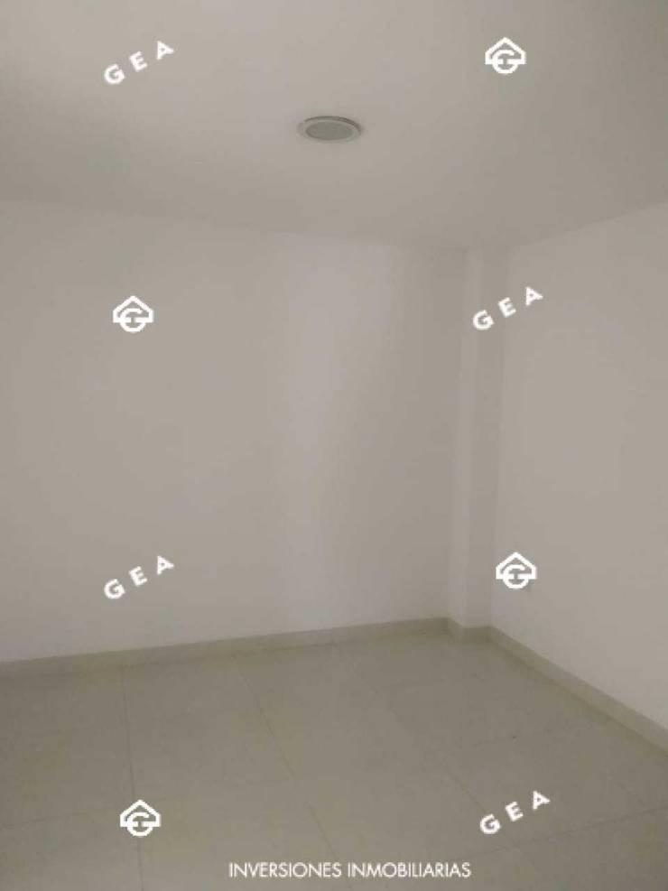 ALQUILER HERMOSO APARTAMENTO CON ACABADOS DE LUJO POR CAMPANARIO: Habitaciones de estilo  por Gea Inversiones Inmobiliarias,