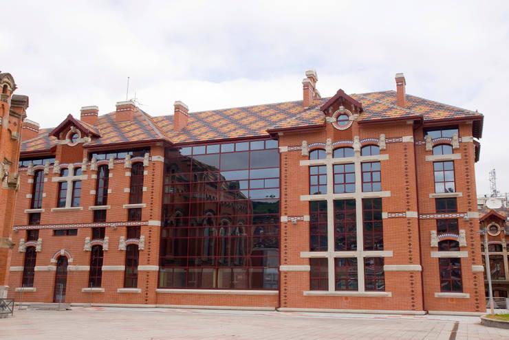 Hospitales de estilo  de BMI Portugal, Clásico Cerámico