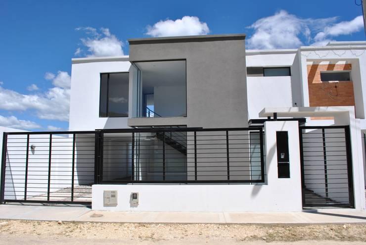 Fachada Principal: Casas unifamiliares de estilo  por Francisco Forero Aponte - Arquitecto,