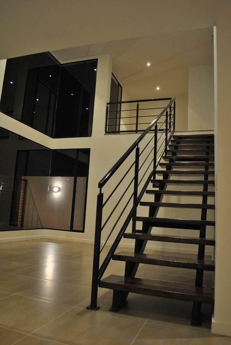 Sala: Salas de estilo  por Francisco Forero Aponte - Arquitecto,