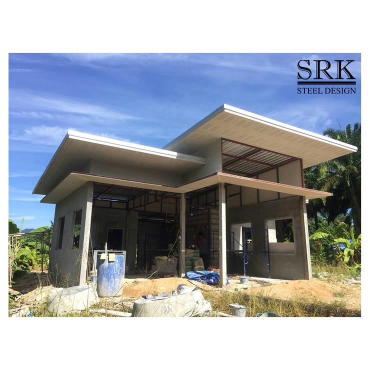 งานโครงสร้างเหล็ก หลังคาเมทัลชีท และยิงฝ้าแคปซูล บ้านในสวนสไตล์ลอฟท์:  บ้านและที่อยู่อาศัย โดย SRK Contractor,