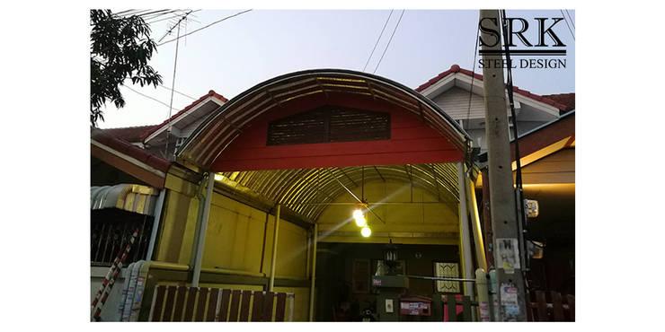 งานต่อเติมโรงจอดรถ ด้วยโครงสร้างเหล็ก และหลังคาเมทัลชีททรงโค้ง:   โดย SRK Contractor,