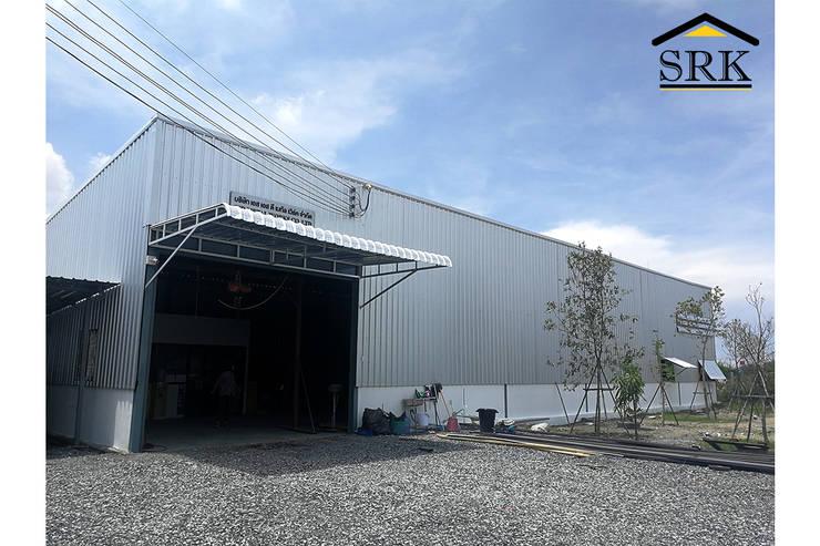 งานกันสาดโรงงาน โครงสร้างเหล็ก+หลังคาเมทัลชีท และติดตั้งบานเกล็ดระบายอากาศ:   โดย SRK Contractor,