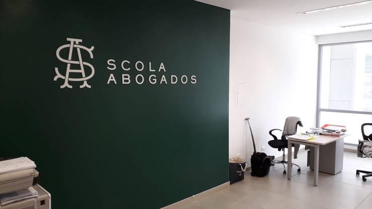 Remodelación oficina Scola abogados sede Cali.:  de estilo  por Magrev - Diseño y construcción de espacios.,