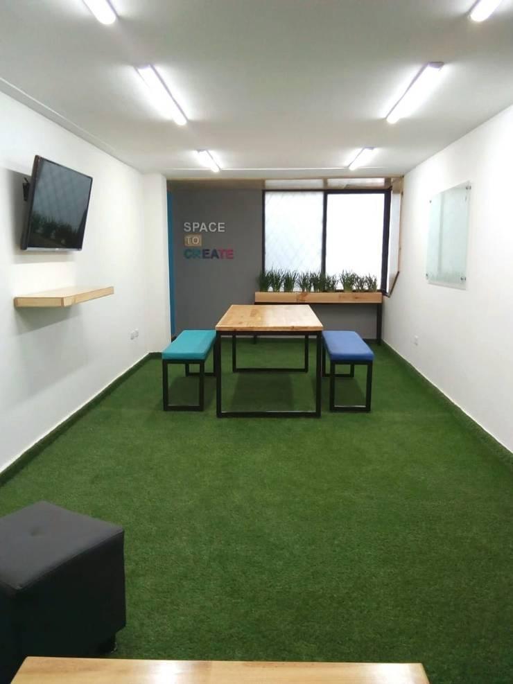 Diseño de area de bienestar clay s.a: Estudios y despachos de estilo  por Magrev,