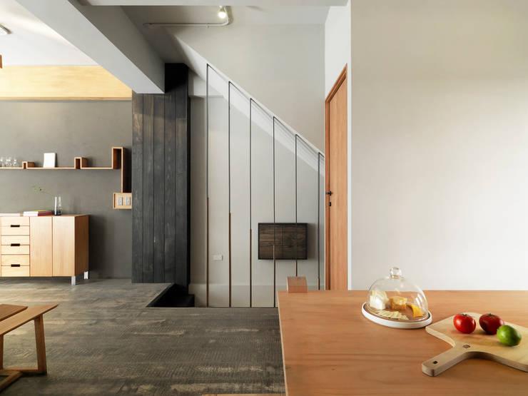 木耳生活藝術-商業空間/新竹・窯烤披薩店:  樓梯 by 木耳生活藝術,