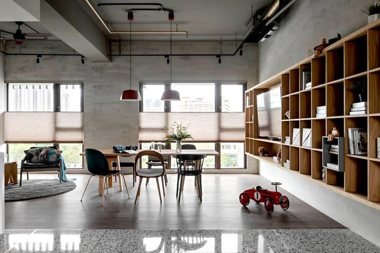 Livings de estilo industrial de MSBT 幔室布緹 Industrial Concreto reforzado