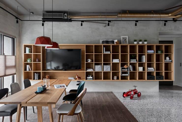 Livings de estilo industrial de MSBT 幔室布緹 Industrial Madera maciza Multicolor