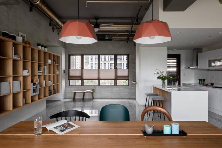Oficinas y bibliotecas de estilo industrial de MSBT 幔室布緹 Industrial Madera maciza Multicolor