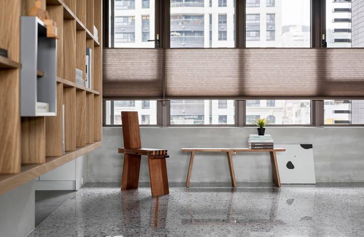 Oficinas y bibliotecas de estilo industrial de MSBT 幔室布緹 Industrial Mármol