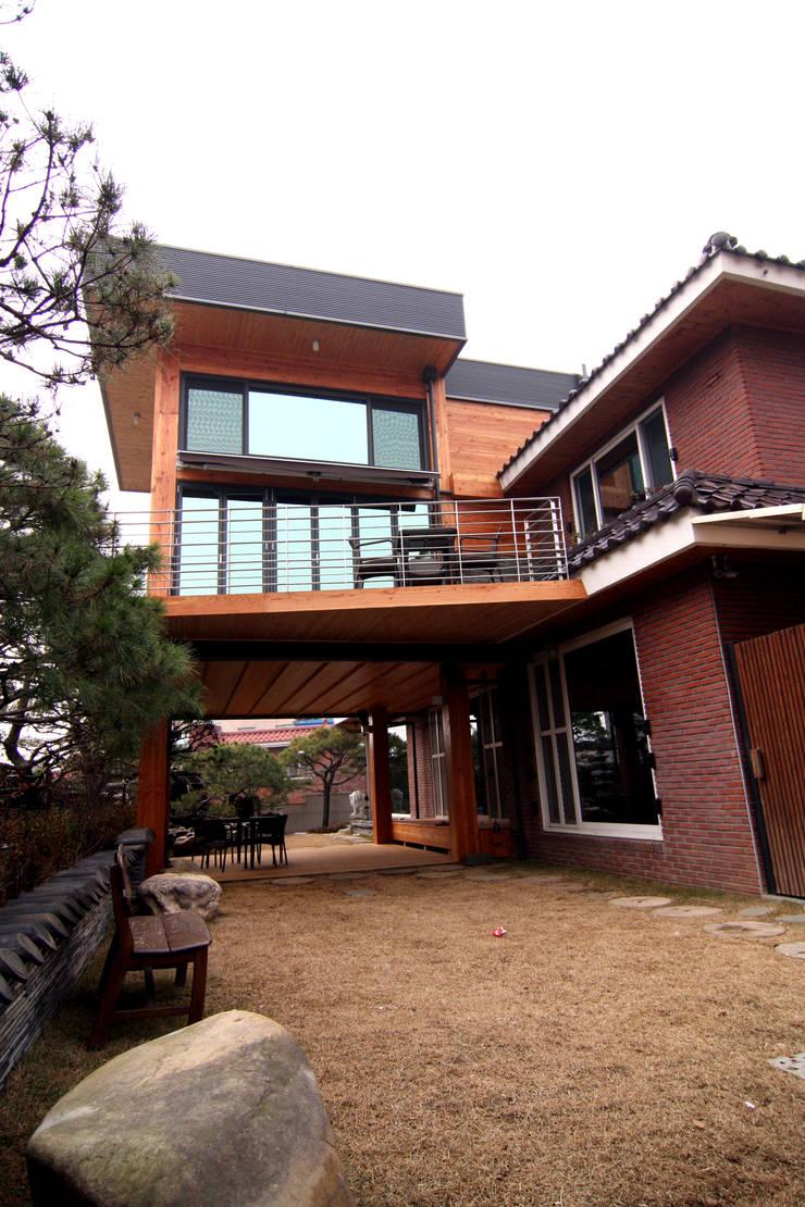 주택건축 -모던한옥 외관디자인: IDA - 아이엘아이 디자인 아틀리에의  목조 주택,