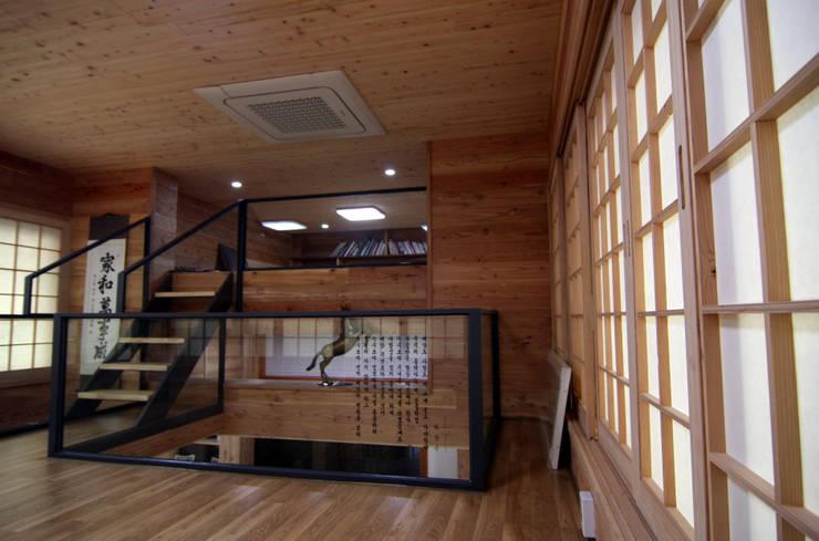 주택건축 -모던한옥 거실 인테리어디자인: IDA - 아이엘아이 디자인 아틀리에의  거실,