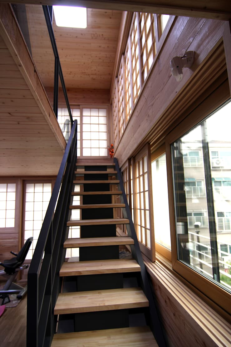 주택건축 -모던한옥 계단 인테리어디자인: IDA - 아이엘아이 디자인 아틀리에의  계단,