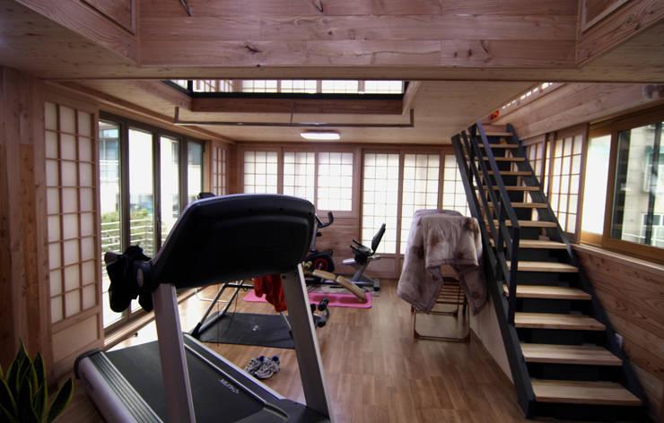 주택건축 -모던한옥 거실인테리어: IDA - 아이엘아이 디자인 아틀리에의  거실,
