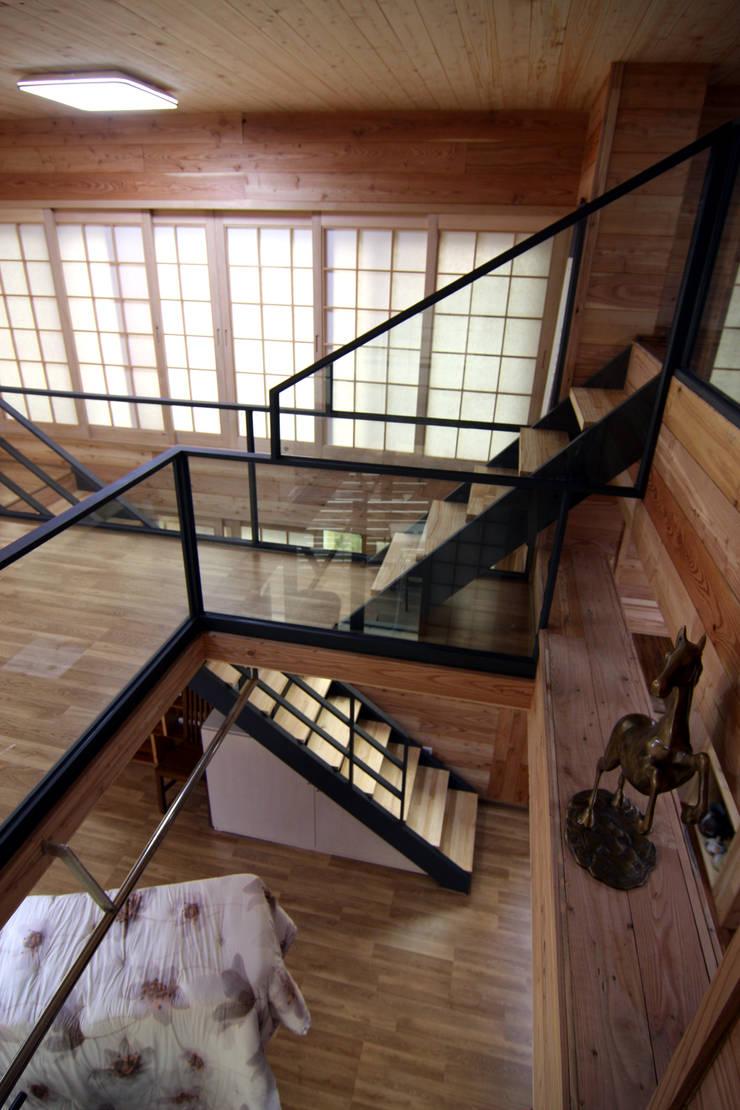 주택건축 -모던한옥 계단인테리어: IDA - 아이엘아이 디자인 아틀리에의  계단,