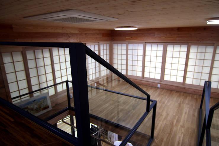 주택건축 -모던한옥 계단인테리어: IDA - 아이엘아이 디자인 아틀리에의  서재 & 사무실,