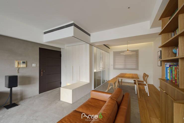 Apartment  W:  走廊 & 玄關 by 六相設計 Phase6,