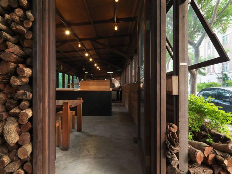 木耳生活藝術-商業空間/竹北披薩店:  餐廳 by 木耳生活藝術,