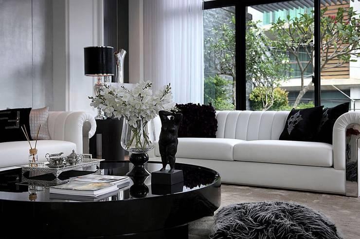 大砌的原型茶几搭配花藝擺飾 Classic style living room by 大桓設計顧問有限公司 Classic