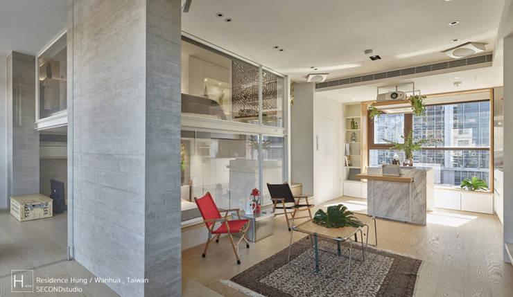 利用玻璃當作客廳背牆,增加空間通透度:  客廳 by SECONDstudio,