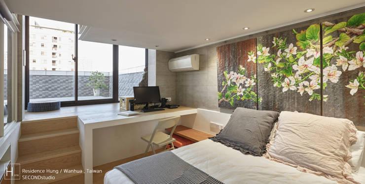 設有書桌望向露臺,還有空間能夠做舒展運動或是走入露臺享受好天氣:  小臥室 by SECONDstudio,