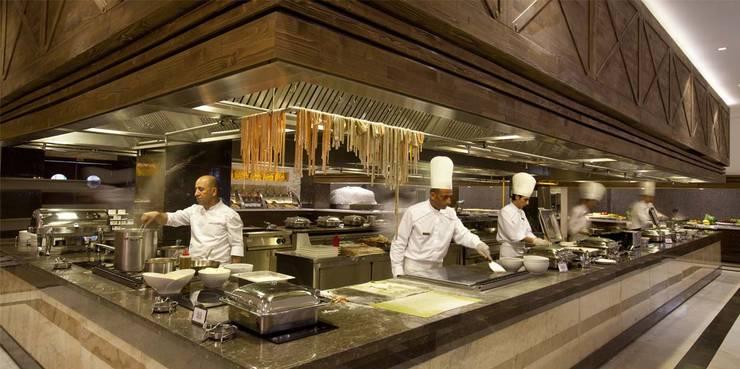 KALYA İÇ MİMARLIK \ KALYA INTERIOR DESIGN – Otel Ana Restoranı - Show Mutfağı:  tarz Yeme & İçme, Klasik Ahşap Ahşap rengi