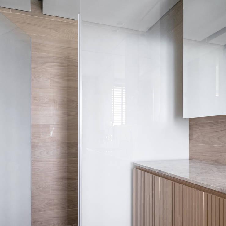 VM's RESIDENCE Minimalist style bathroom by arctitudesign Minimalist