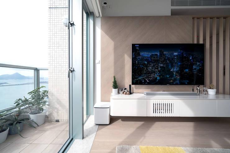 VM's RESIDENCE Minimalist living room by arctitudesign Minimalist