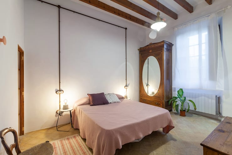 can paguera:  Bedroom by Fiol arquitectes,