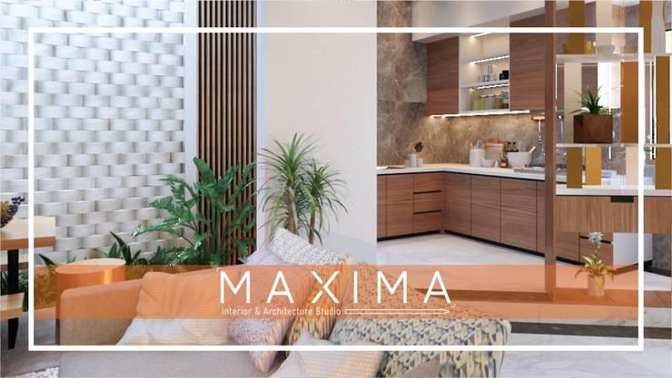 Dapur & Taman Outdoor Pak Tommy - Medan: Dapur built in oleh Maxima Studio Medan Interior Design & Arsitek,