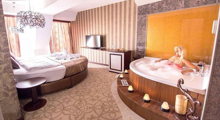 KALYA İÇ MİMARLIK \ KALYA INTERIOR DESIGN – Otel Kral Dairesi - Jakuzi:  tarz Oteller, Klasik Ahşap Ahşap rengi