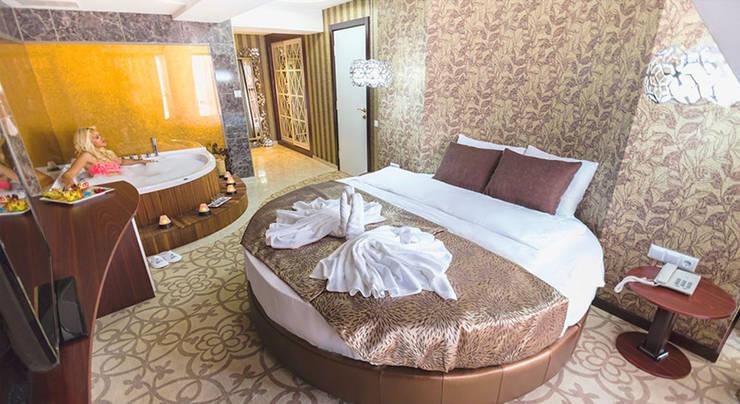 KALYA İÇ MİMARLIK \ KALYA INTERIOR DESIGN – Otel Kral Dairesi - Yatak Bölümü:  tarz Oteller, Klasik Ahşap Ahşap rengi