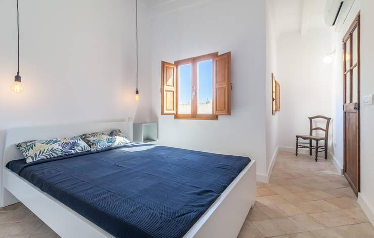 Atico en Palma:  Small bedroom by Fiol arquitectes,