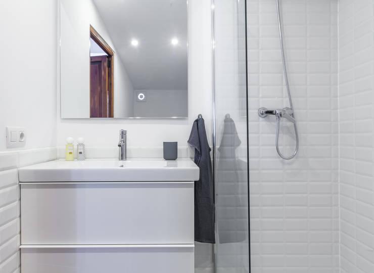 Atico en Palma:  Bathroom by Fiol arquitectes,