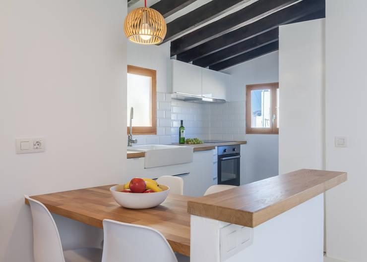 Atico en Palma:  Small kitchens by Fiol arquitectes,