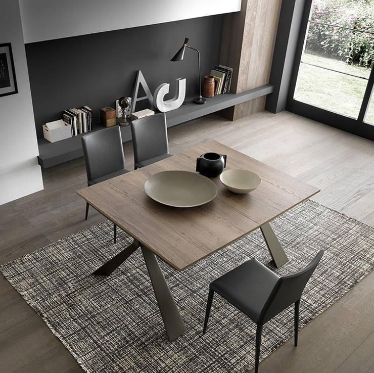tavolo apribile piccoli spazi: Soggiorno in stile  di Mobili a Colori ,