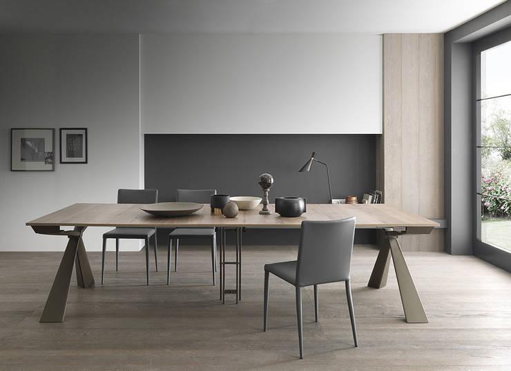 Consolle design che diventa tavolo da 12 persone! : Sala da pranzo in stile  di Mobili a Colori ,