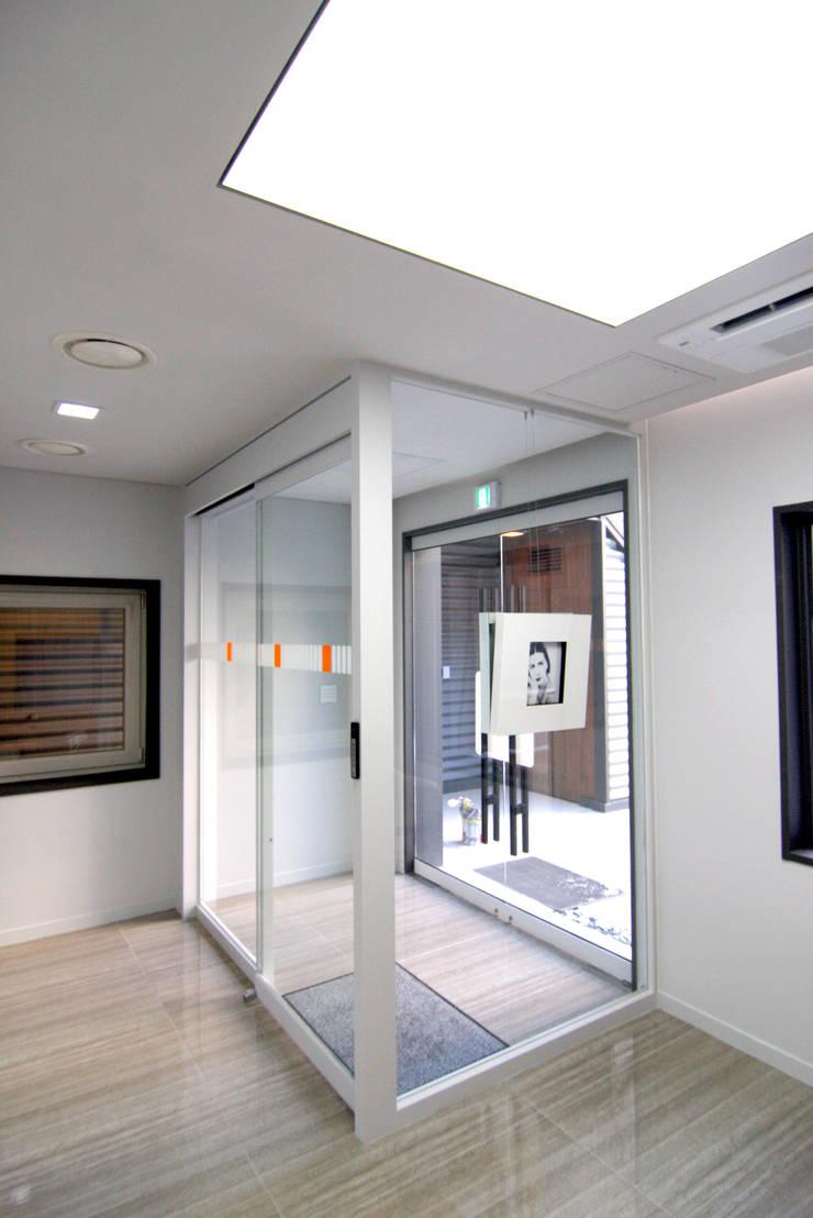 오피스사무실 - 로비디자인: IDA - 아이엘아이 디자인 아틀리에의  사무실,