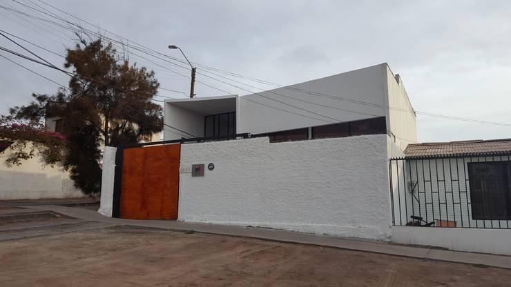 Fachada: Ventanas de estilo  por Yañez y Muñoz Arquitectos,