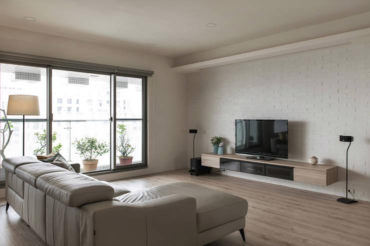 木地板讓人感到溫暖舒適:  地板 by 詩賦室內設計, 現代風