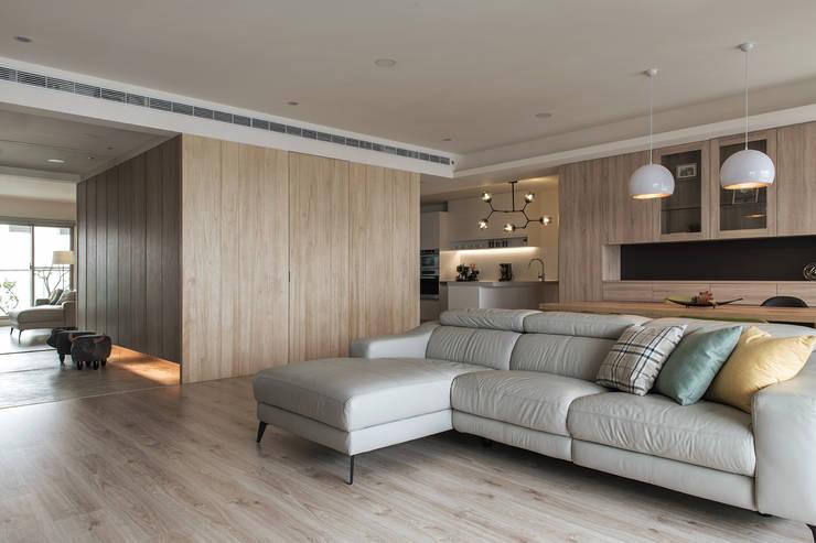從此角度可以看到廚房:  客廳 by 詩賦室內設計, 現代風