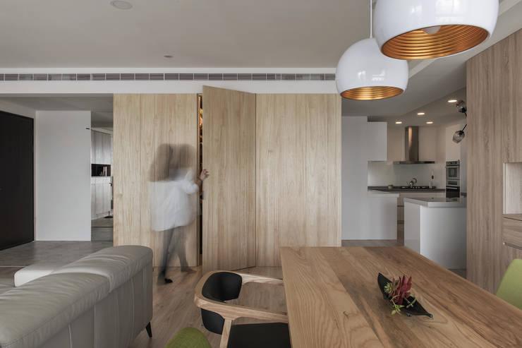 餐廳與客廳相連:  餐廳 by 詩賦室內設計,