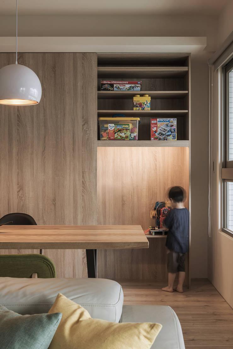 餐桌後方也設有大型置物櫃:  餐廳 by 詩賦室內設計,