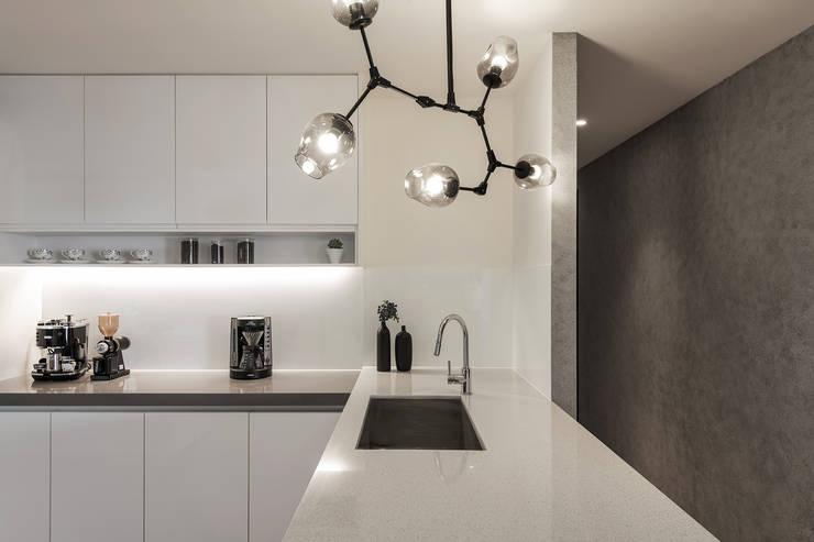 廚房搭配簡單大方的造型吊燈:  系統廚具 by 詩賦室內設計,